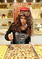 Nederland  Beverwijk  2017. De Bazaar in Beverwijk. De Bazaar in Beverwijk is al 37 jaar de plek waar uiteenlopende culturen samenkomen en is de grootste overdekte markt in Europa. De Bazaar bestaat uit verschillende marktdelen, waaronder de Zwarte Markt, Oosterse Markt, Grand Bazaar, Mihrab, Goudsouk en Buitenmarkten. Hal Mihrab.  Tarboosh, orient sweets. Tarboosh is gespecialiseerd in Arabische baklava.    Foto Berlinda van Dam / Hollandse Hoogte
