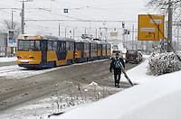 Wintereinbruch in Leipzig - erste geschlossene Schneedecke des Winters 2010 - Neuschnee - im Bild: Fahrbahn Mockauer Straße Impression Verkehr Tram Straßenbahn .Foto: Norman Rembarz .