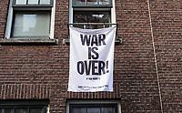 Nederland  Amsterdam  2020. Straatbeeld Amsterdam.  War Is Over.   Foto : ANP/ HH / Berlinda van Dam