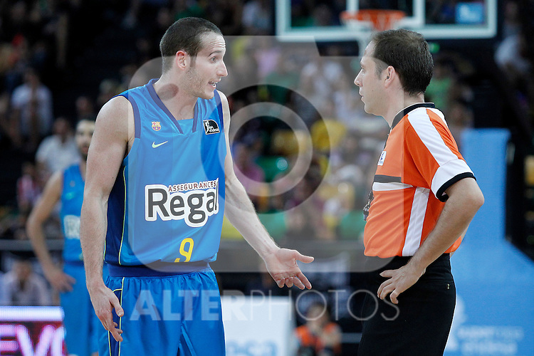 FC Barcelona Regal's Marcelinho Huertas (l) have words with the referee during Supercopa ACB Final match.October 1,2011. (ALTERPHOTOS/Acero)