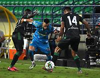 MONTERIA - COLOMBIA, 24-01-2021: Mauricio Castaño de Jaguares de Cordoba F.C. y Elvis Mosquera, David Acosta de Atletico Bucaramanga disputan el balon durante partido entre Jaguares de Cordoba F. C. y Atletico Bucaramanga de la fecha 2 por la Liga BetPlay DIMAYOR I 2021, en el estadio Jaraguay de Monteria de la ciudad de Monteria. / Mauricio Castaño of Jaguares de Cordoba F.C. and Elvis Mosquera, David Acosta of Atletico Bucaramanga vie for the ball during a match between Jaguares de Cordoba F. C. and Atletico Bucaramanga, of the 2nd date for the BetPlay DIMAYOR I 2021 League at Jaraguay de Monteria Stadium in Monteria city. Photo: VizzorImage / Andres Lopez / Cont.