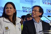 BOGOTÁ -COLOMBIA. 23-04-2014. El restituido alcalde Mayor de Bogotá, Gustavo Petro (Der), acompañado de su esposa Verónica Alcocer (Izq), se dirigió a los medios de comunicación en rueda de prensa hoy 23 de abril de 2014, en el Palacio de Liévano. Petro había sido retirado de su cargo tras una investigación de la Procuraduría General de la Nacion que también le impusó una inhabilidad para ejercer cargos públicos por 15 años. / The restituted mayor of Bogota, Gustavo Petro (R), accompanied by his wife Veronica Alcocer (L), spoke to the media in a press conference, today April 15 of 2014, at Lievano Palace. Petro had been removed from his post after an investigation of General National Attorney that also imposed a disability for 15 years to hold public office. Photo: VizzorImage/ Str