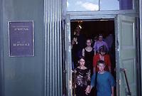 San Pietroburgo gruppo di ragazzi all'uscita del Museo dell'Hermitage