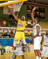 BUCARAMANGA -COLOMBIA, 26-03-2013. Pillip Brooks de Búcaros y Edgar Arteaga de Piratas durante partido de la fecha 20 de la Liga DirecTV de baloncesto profesional colombiano disputado en la ciudad de Bucaramanga. /  Pillip Brooks of Bucaros and Edgar Arteaga during a game of the date 20 of the DirecTV League of professional Basketball of Colombia at Bucaramanga city. (Photo:VizzorImage / Jaime Moreno / STR)