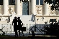 Frankreich, Paris, Place Dauphine, Blick auf Rue de Harlay, Square du Vert Galant, Mann, Frau, Paar, Bevoelkerung, Gebaeude, Fassade, Architektur, Europa, 09/2006, QF; (Bildtechnik: sRGB, 28.71 MByte vorhanden)<br /> <br /> English: France, Paris, Place Dauphine, view of Rue de Harlay, Square du Vert Galant, man, woman, couple, building, facade, architecture, Europe, September 2006
