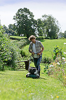Reduce the height of the lawn mower for the last cuts of the Summer