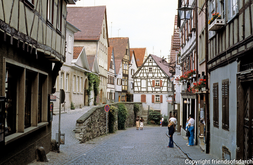 Bad Wimpfen: Narrow brick street with surrounding houses. Stone wall divider road. Photo '87.
