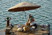 Pilger am Mir Ghat des Ganges, Varanasi (Uttar Pradesh), Indien