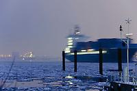 Deutschland, Hamburg, Blankenese, Schiff auf der vereisten Elbe, Duckdalben