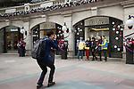 People's Republic of China, Hong Kong: Designer shop Cartier at Christmas in 1881 Heritage shopping centre on Kowloon peninsula | Volksrepublik China, Hongkong: Designer-Laden Cartier im 1881 Heritage Shopping Centre auf der Kowloon Halbinsel mit Weihnachtsdekoration