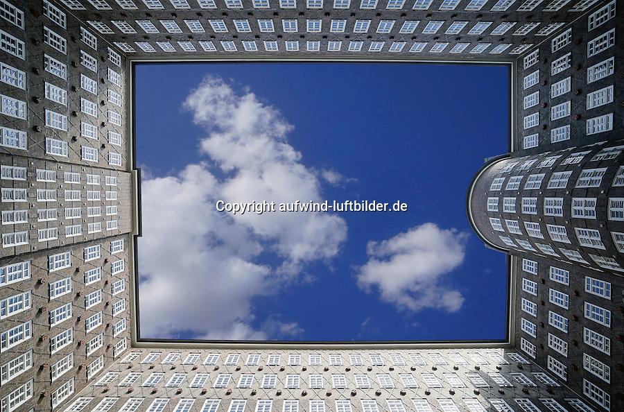 Sprinkenhof : EUROPA, DEUTSCHLAND, HAMBURG, (EUROPE, GERMANY), 18.04.2013: Sprinkenhof, Der Sprinkenhof ist ein neunstoeckiges Kontorhaus im Hamburger Kontorhausviertel, das den gesamten Komplex zwischen Altstaedter, Burchardstraße und Johanniswall einnimmt. Durch den Innenhof verlaeuft zwischen Burchard- und Altstaedter Straße in zwei parallelen Fuehrungen die Springeltwiete. Das Buerohaus wurde von 1927 bis 1943 in drei Bauabschnitten von Hans und Oskar Gerson und Fritz Hoeger erbaut.