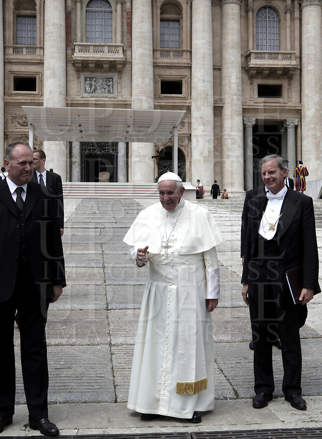 Papa Francesco saluta i fedeli al termine dell'udienza generale del mercoledi' in Piazza San Pietro, Citta' del Vaticano, 30 maggio, 2018.<br /> Pope Francis waves to faithful as he leaves at the end of his weekly general audience in St. Peter's Square at the Vatican, on May 30, 2018.<br /> UPDATE IMAGES PRESS/Isabella Bonotto<br /> <br /> STRICTLY ONLY FOR EDITORIAL USE