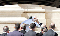 Papa Francesco al termine della sua udienza generale in Piazza San Pietro, Citta' del Vaticano, 10 aprile 2013..Pope Francis has his skull cap blown by the wind as he leaves at the end of his weekly general audience in St. Peter's square at the Vatican, 10 April 2013..UPDATE IMAGES PRESS/Isabella Bonotto..STRICTLY ONLY FOR EDITORIAL USE