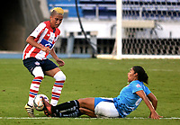 BARRANQUIILLA - COLOMBIA, 03-03-2018: Neily Carrasquel (Izq) del Atlético Junior Femenina disputa el balón con Milagros Mendoza (Der) jugador de Unión Magdalena Femenina durante partido por la fecha 4 de la Liga Femenina Águila 2018 jugado en el estadio Metropolitano Roberto Meléndez de la ciudad de Barranquilla. / Neily Carrasquel (L) player of Atletico Junior Femenina struggles the ball with Milagros Mendoza (R) player of Union Magadalena Women during match for the date 4 of the Aguila Women League 2018 played at Metropolitano Roberto Melendez stadium in Barranquilla city.  Photo: VizzorImage/ Alfonso Cervantes / Cont