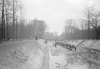 Photo from the NIOD's Huizinga collection. Construction of an anti-tank ditch in the Haagse Bos as part of the Atlantic Wall. Menno Huizinga was part of the Hidden Camera and took pictures illegally during the occupation. He did this mainly in his hometown The Hague.