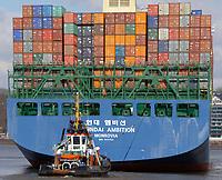 Hyundai Ambition, Containerschiff der Reederei Hyundaii: EUROPA, DEUTSCHLAND, HAMBURG, (EUROPE, GERMANY), 26.03.2013 Hyundai Ambition, Containerschiff der Reederei Hyundai wird durch Hamburger Hafenschlepper von der CTA (Container Terminal Altenwerder)  im Koehlbrand bis in die Elbe geschleppt.