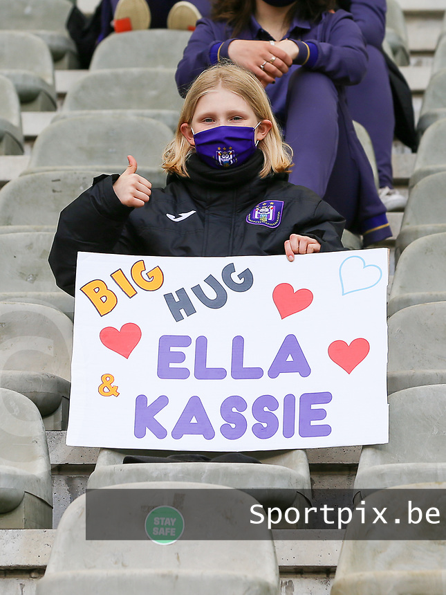"""Young RSCA players with a sign saying """"Big Hug Ella Kassie"""" pictured before a female soccer game between RSC Anderlecht Dames and Oud Heverlee Leuven on the seventh matchday of play off 1 of the 2020 - 2021 season of Belgian Womens Super League , saturday 15 th of May 2021  in Brussels , Belgium . PHOTO SPORTPIX.BE 