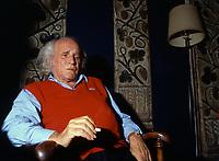 """Léo Ferré interviewé dans l'Hôtel """"La Résidence du Port"""" à Marseille en novembre 1990.<br /> Credit : Almodovar/DALLE"""