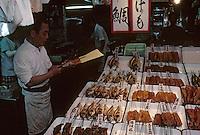 """Asie/Japon/Kyoto: Le marché couvert de """"Nishikikoji-dori"""" - Détail étal de """"Yakitori"""" (brochettes de poulet et légumes)"""