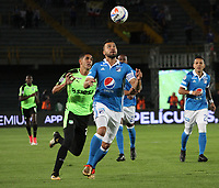 BOGOTA - COLOMBIA, 25-01-2018: Andres Cadavid (Der.) jugador de Millonarios disputa el balón con Pablo Sabbag (Izq.) jugador del Deportivo Cali durante partido por el Torneo Fox Sports 2018 jugado en el estadio Nemesio Camacho El Campin de la ciudad de Bogotá. / Andres Cadavid (R) player of Millonarios fights for the ball with Pablo Sabbag (L) player of Deportivo Cali during match for the Fox Sports Tournament 2018  played at Nemesio Camacho El Campin Stadium in Bogota city. Photo: VizzorImage / Felipe Caicedo / Staff.
