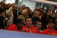 Weltmeister Wladimir Klitschko (UKR) schaut beim Training von Samuel Peter (NIG) zu