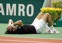 20-2-06, Netherlands, tennis, Rotterdam, ABNAMROWTT, Raemon Sluiter goes down and harts his hip, he gave up the match