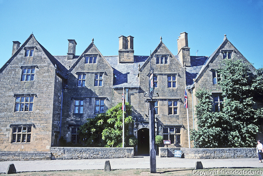 """Broadway: The Lygon Arms Hotel (pronounced """"Liggon"""". Tudor and early Stuart style. Once a Manor House. Photo '05."""