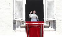 """Papa Francesco, al termine della preghiera del """"Regina Coeli"""", saluta i fedeli dalla finestra del Palazzo Apostolico affacciata su piazza San Pietro, Città del Vaticano, 17 aprile 2017.<br /> Pope Francis waves after leading the Regina Coeli prayer from the window of the apostolic palace overlooking St Peter's square at the Vatican, on April 17 2017.<br /> UPDATE IMAGES PRESS/Isabella Bonotto<br /> <br /> STRICTLY ONLY FOR EDITORIAL USE"""