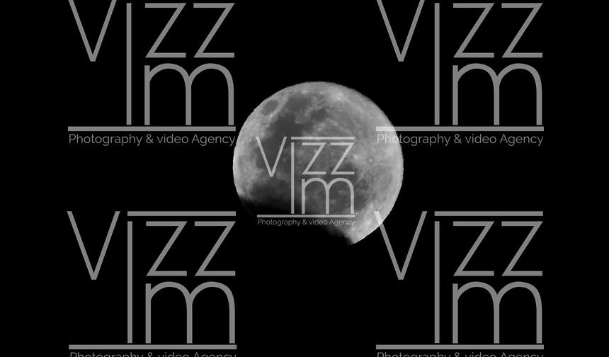 BOGOTA – COLOMBIA, 28-03-2021: Se presenta la tercera luna llena del año, conocida tambien como la Luna del gusano. Esta luna tiene caracteristicas inusuales a las comunes, pues coincide con la llegada de la primavera en muchos paises (hemisferio norte) y es el momento preciso en el que el satelite natural de la Tierra se ve más brillante y mas grande del de lo habitual. El termino Luna de gusano proviene de las tribus norteamericanas, las cuales vivian entre Canada y Estados Unidos. La luna llena de marzo se llama la luna del gusano porque, en esta epoca del año, el suelo se ablanda y las lombrices de tierra vuelven a frecuentar la superficie. / The third full moon of the year occurs, also known as the Worm Moon. This moon has unusual characteristics to the common ones, since it coincides with the arrival of spring in many countries (northern hemisphere) and is the precise moment in which the Earth's natural satellite looks brighter and larger than usual. The term Worm Moon comes from the North American tribes, which lived between Canada and the United States. The full moon in March is called the worm moon because, at this time of year, the soil softens and earthworms return to the surface. Photos: VizzorImage / Luis Ramirez / Staff.