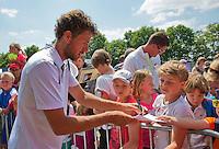 Netherlands, Rosmalen , June 10, 2015, Tennis, Topshelf Open, Autotron, Robin Haase (NED) signing autoraphs on kidsday<br /> Photo: Tennisimages/Henk Koster