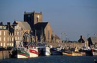 Europe/France/Normandie/Basse-Normandie/50/Manche/Barfleur: Le port et l'église Saint-Nicolas (XVIIème) - Chalutiers au port