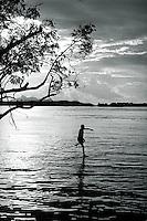 Expedição para demarcação do Território Indígena do Rio Negro.<br /> <br /> Comunidade Indígenas da etnia Maku do alto rio Negro, em frente São Gabriel da Cachoeira.<br /> São Gabriel da Cachoeira, Amazonas, Brasil.<br /> Foto Paulo Santos.<br /> 1997