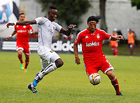BUGA - COLOMBIA - 05-04-2014: Ernesto Farias (Der.) jugador del America disputa el balón con Jhony Mena (Izq.) jugador de Depor FC, durante partido por la fecha 8 del Torneo AguilaI entre America de Cali y Depor FC, jugado en el estadio Hernando Azcarate de la ciudad de Buga. / Ernesto Farias (R) player of America, figths for the ball with Jhony Mena (L) player of Depor FC, during a match for the date 8 for the Torneo Aguila I between America de Cali and Depor FC, ??played at the Hernando Azcarate stadium in Buga. Photo: VizzorImage / Juan C. Quintero / Str.