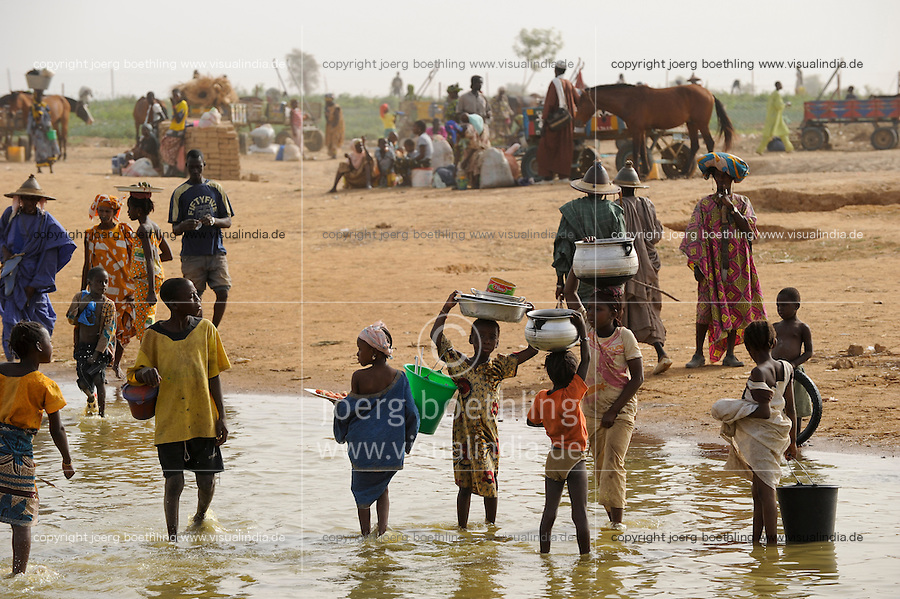 MALI Fluss Bani, Menschen kommen zum Markttag in Djenne / MALI river Bani, people come for the market day in Djenne