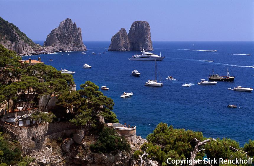 Italien, Capri, Blick von Marina Piccola auf Faraglioni-Felsen und Sarazenenturm.....