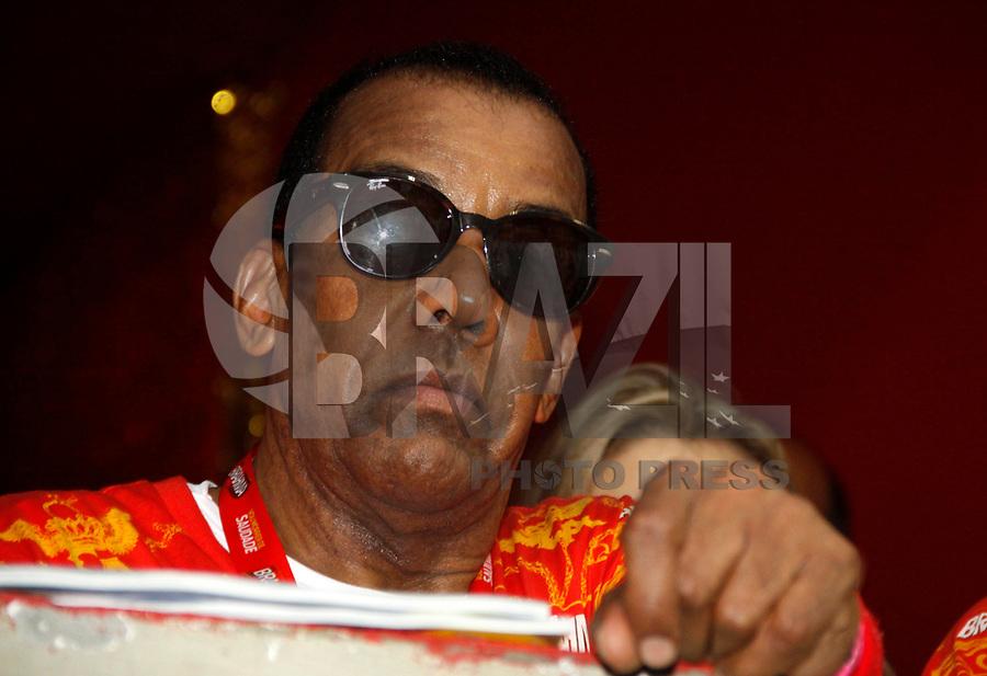 RIO DE JANEIRO, RJ, 08 DE MARÇO DE 2011 - CARNAVAL RJ / BEIJA-FLOR - O cantor Jorge Ben Jor acompanha desfile da Beija Flor durante apresentação no Sambódromo da Marquês de Sapucaí, durante o segundo dia dos desfiles do Grupo Especial do Carnaval 2011, do Rio de Janeiro, na madrugada desta terça-feira (8). (FOTO: WILLIAM VOLCOV / NEWS FREE).