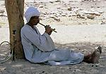 EGY, Aegypten, Ostwueste, Beduine spielt Floete | EGY, Egypt, Eastern desert, Bedouin playing flute