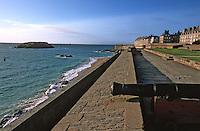 Europe/France/Bretagne/35/Ille-et-Vilaine/Saint-Malo: Les remparts de la ville close - canon au premier plan
