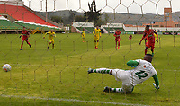 TUNJA- COLOMBIA, 4-11-2018:Nicolas Palacios (Der.) jugador de  Patriotas Boyacá disputa el balón convierte su gol contra Cristian Arroyave guardameta de Leones  durante partido por la fecha 18 de la Liga Águila II 2018 jugado en el estadio La Independencia de la ciudad de Tunja. / Nicolas Palacios (R) player of Patriotas Boyaca scores his goal agaisnt Cristian Arroyave goalkeeper of Leones during the match for the date 18 of the Liga Aguila II 2018 played at the La Independencia stadium in Tunja city. Photo: VizzorImage / José Miguel Palencia / Contribuidor