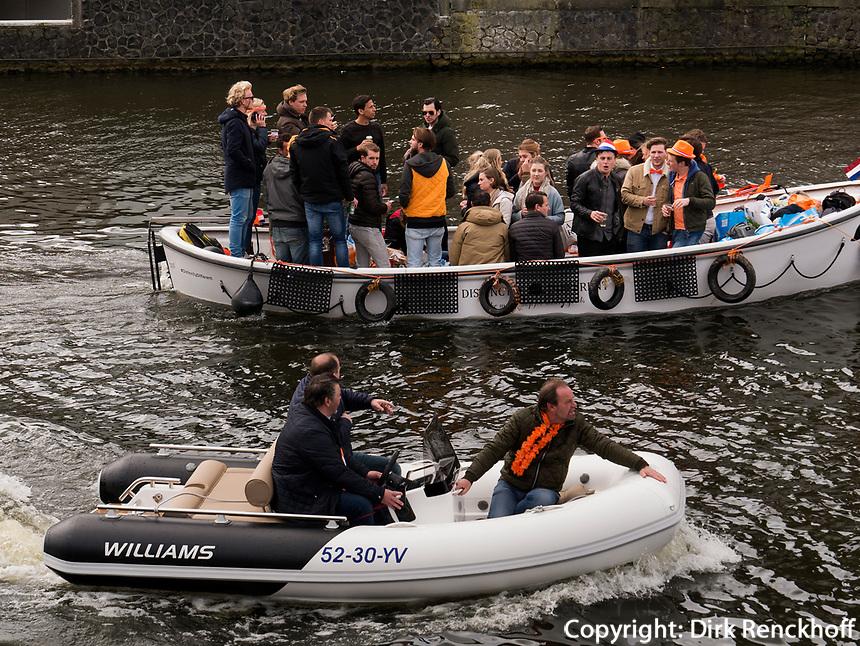 Boote auf dem Damrak am Königstag in Amsterdam, Provinz Nordholland, Niederlande<br /> boats an Damrak at Kings Day, Amsterdam, Province North Holland, Netherlands