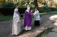Op 2 november (Allerzielen), de dag dat de R.-K. Kerk de overledenen herdenkt, is er in de kapel van begraafplaats St. Barbara in Utrecht een Eucharistieviering met als hoofdcelebrant de Utrechtse aartsbisschop kardinaal Eijk. Na afloop krijgen de misgangers een lichtje mee voor een te bezoeken graf. Kardinaal Eijk loopt onder meer langs de graven van de Utrechtse bisschoppen, die hij zegent met wijwater. Foto mag niet in negatieve context gepubliceerd worden.