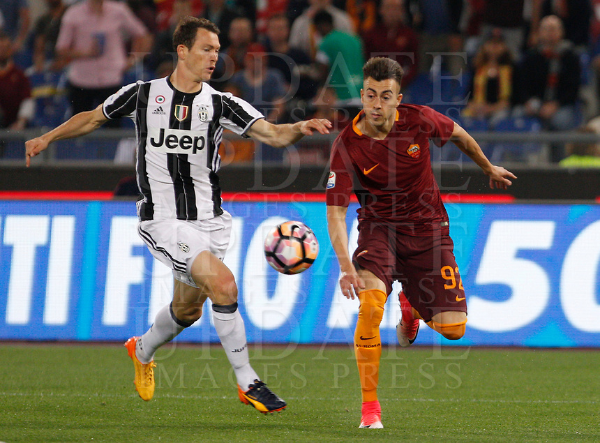 Calcio, Serie A: Roma vs Juventus. Roma, stadio Olimpico, 14 maggio 2017. <br /> Roma's Stephan El Shaarawy, right, is challenged by Juventus' Stephan Lichsteiner during the Italian Serie A football match between Roma and Juventus at Rome's Olympic stadium, 14 May 2017. Roma won 3-1.<br /> UPDATE IMAGES PRESS/Riccardo De Luca