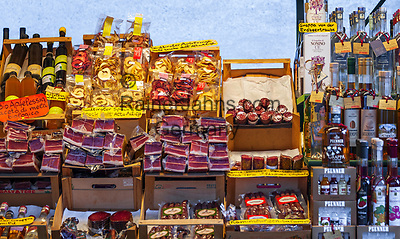 Italien, Suedtirol (Trentino-Alto Adige), Eisacktal, Brixen: Marktstand mit Suedtiroler Spezialitaeten   Italy, South Tyrol (Trentino-Alto Adige), Bressanone: market stand with South Tyrolean specialities