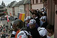 Das Team der Frankfurt Galaxy pr‰sentiert den Fans die World Bowl Troph‰e