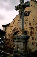 Vukovar / Croazia 1991.Un crocefisso tra le macerie. Vukovar è stata la prima città europea, dalla fine della seconda guerra mondiale, ad essere distrutta da unoffensiva militare..Foto Livio Senigalliesi..Vukovar / Croatia 1991.Vukovar was heavily damaged during the siege in 1991. .The damage to Vukovar during the siege has been called the worst in Europe since World War II, drawing comparisons with the World War IIera Stalingrad.Photo Livio Senigalliesi
