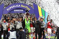 BOGOTÁ- COLOMBIA, 20-10-2021: Jugadores del Independiente Santa Fe celebran después del partido por la final de la SuperLiga Betplay DIMAYOR 2021  entre el Independiente Santa Fe y el América de Cali jugado en el estadio Nemesio Camacho El Campin de la ciudad de Bogotá / Players of Independiente Santa Fe celebrate after final  match as part of Super Liga  betplay DIMAYOR between Independiente Santa Fe and America de Cali played at Nemesio Camacho El Campin stadium in Bogota. Photo: VizzorImage / Felipe Caicedo / Staff