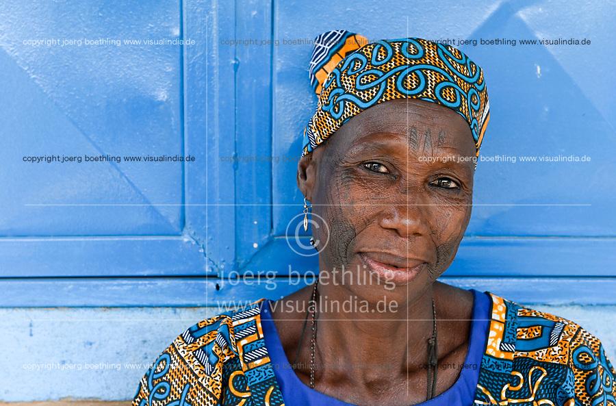 NIGER, Maradi, village Dan Bako, Hausa woman with facial scarification and tatoo / Hausa Ethnie, muslimische Dorfbewohnerin mit Gesicht Skarifizierung und Taetowierung