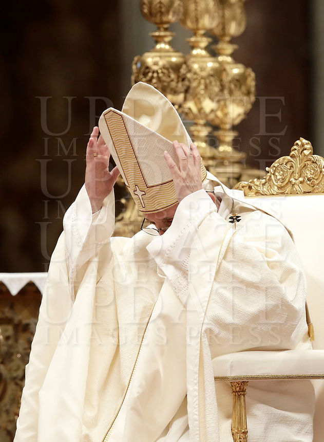 Papa Francesco celebra la solennita' di San Giuseppe e l'Ordinazione Episcopale nella Basilica di San Pietro in Vaticano, 19 marzo 2018.<br /> Pope Francis leads the Episcopal Ordination in Saint Peter's Basilica at the Vatican on March 19, 2018. UPDATE IMAGES PRESS/Isabella Bonotto<br /> <br /> STRICTLY ONLY FOR EDITORIAL USE