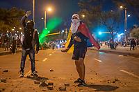 BOGOTA - COLOMBIA, 25-05-2021: Manifestantes de primera línea se aprestan a lanzar piedras al ESMAD (Escuadrón Móvil Antidisturbios de la Policía) durante los disturbios en el sector de las Américas de la ciudad de Bogotá durante el día 28 del Paro Nacional en Colombia hoy, 25 de mayo de 2021, para protestar contra el gobierno de Ivan Duque además de la precaria situación social y económica que vive Colombia. El paro fue convocado por sindicatos, organizaciones sociales, estudiantes y la oposición. / Front-line protesters prepare to throw stones at the ESMAD (Police Anti-Riot Mobile Squad) during the riots at Portal Las Americas sector of the city of Bogota during the day 28 of the National strike in Colombia today, May 25, 2021, to protest against the government of Ivan Duque in addition to the precarious social and economic situation that Colombia is experiencing. The strike was called by unions, social organizations, students and the opposition in Colombia. Photo: VizzorImage / Diego Cuevas / Cont