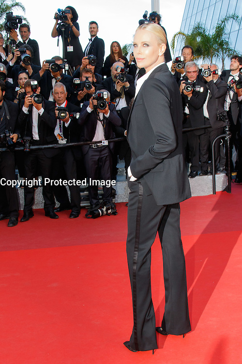 charlize theron arrive sur le tapis rouge pour la projection du film the last face de sean penn lors du soixante neuvieme festival du film a cannes le vendredi 20 mai 2016